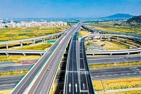 潮汕环线高速公路、汕湛高速公路汕头至揭西段今天全线通车